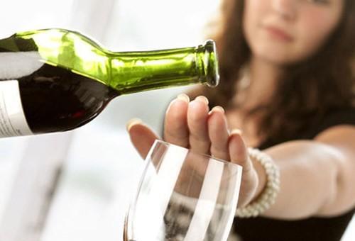 Mẹ bầu nên tuyệt đối không nên uống rượu, các thức uống chứa cồn, đồ uống có gas vì nó có thể gây ra các dị tật bẩm sinh cho thai nhi hết sức nguy hiểm.