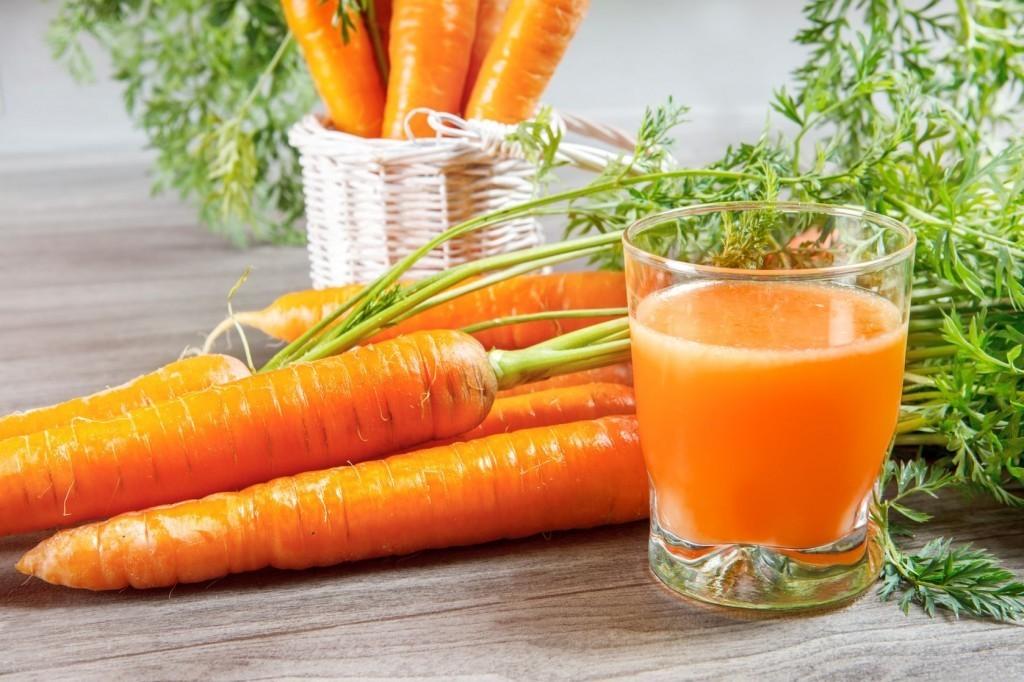 Nước ép cà rốt có tác dụng kháng khuẩn cao nên dễ dàng trị viêm họng, đau mắt và viêm xoang. Ăn cà rốt sống còn giúp tiêu diệt các vi khuẩn có hại trong đường ruột.