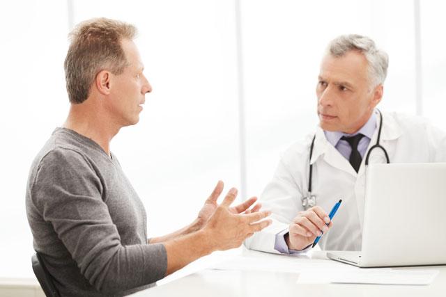 Khi bị viêm bao quy đầu, nam giới nên đi khám chuyên khoa càng sớm càng tốt.