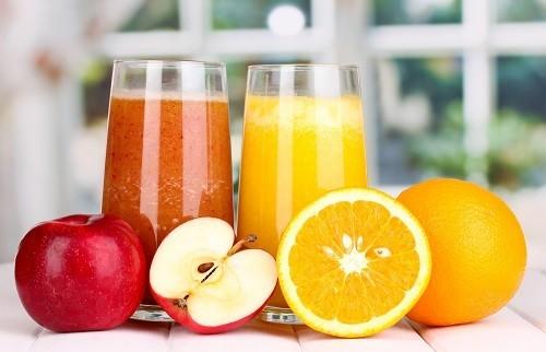 Để đảm bảo chất cân bằng chất điện giải, những người bị tiêu chảy mãn tính cần phải bù chất điện giải bằng cách uống nước canh và nước trái cây thay vì nước lọc.