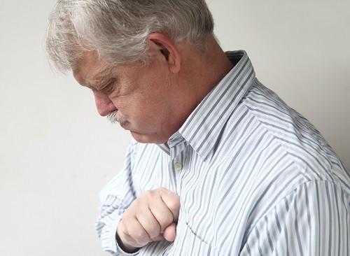 Ngoài gây ra buồn nôn sau khi ăn, chứng trào ngược dạ dày thực quản còn có thể dẫn tới ợ nóng, đau họng và ho.