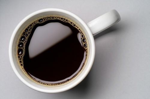 Được tìm thấy nhiều trong cà phê, trà và soda, caffeine là một chất kích thích có ảnh hưởng đến hệ thần kinh, làm tăng nhịp tim.