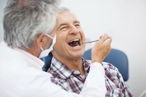 Trước khi tới gặp bác sĩ, nên viết một danh sách hoặc ghi nhớ liệt kê lại những loại thuốc hiện đang sử dụng, bao gồm liều lượng và tần suất uống.