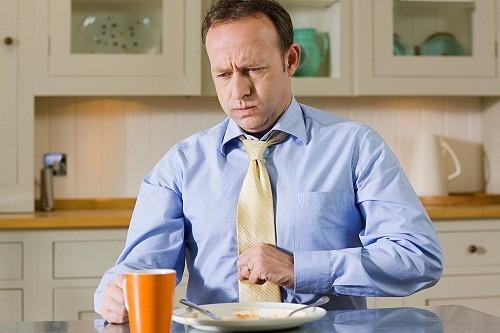 Loét dạ dày - tá tràng thường có biểu hiện là những cơn đau ở vùng thượng vị (tức là vùng trên rốn và dưới mũi xương ức) hoặc đau ở chính giữa vùng bụng trên, bắt đầu trong khoảng 2 giờ sau khi ăn