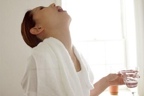 Thường xuyên vệ sinh học sạch sẽ bằng nước muối sinh lý để cải thiện sớm bệnh