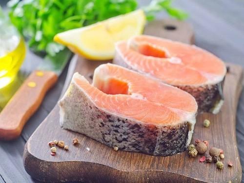 Để bổ sung axit béo omega – 3 có thể ăn các loại cá như cá ngừ, cá bơn, cá hồi, cá thu…