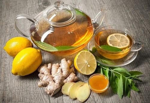 Ăn nhẹ trước khi đi ngủ và sử dụng một số loại trà, chẳng hạn như chanh và gừng, có thể giúp làm giảm buồn nôn.