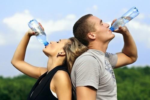 Lưu ý uống nhiều nước, nhất là vào những ngày nắng nóng.