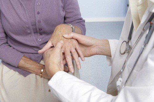 Một nguyên nhân khác cũng có thể dẫn tới đau khớp đột ngột là bệnh lupus ban đỏ.