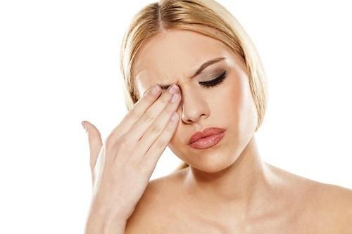 Khô và ngứa mắt là tình trạng thường gặp, xuất phát từ nhiều nguyên nhân khác nhau.