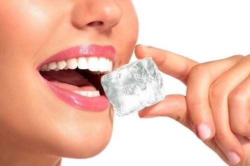 """Cho dù răng được bao bọc bởi lớp men rất cứng nhưng không đủ """"chắc"""" để đương đầu với những viên đá, có thể gây nứt, thậm chí vỡ răng."""