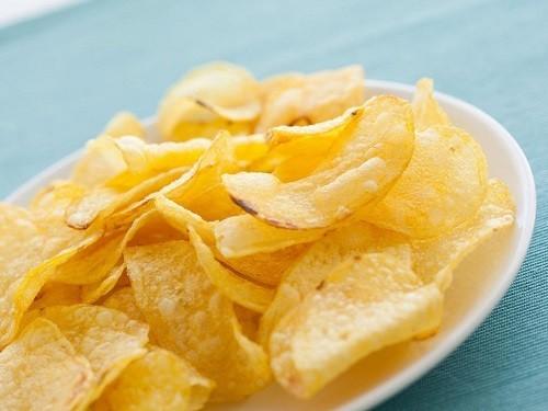 Các vi khuẩn có trong mảng bám ở răng có thể phá vỡ các loại thực phẩm giàu tinh bột như khoai tây chiên thành axit.