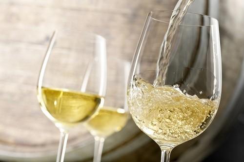 Axit trong rượu vang trắng có thể làm suy yếu men răng, khiến răng xốp và dễ bị ố màu do các đồ uống khác, chẳng hạn như cà phê.