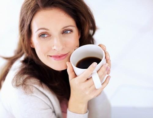 Uống cà phê hay các thức uống có chứa caffeine trước giờ đi ngủ có thể dẫn tới trằn trọc, khó đi vào giấc ngủ.