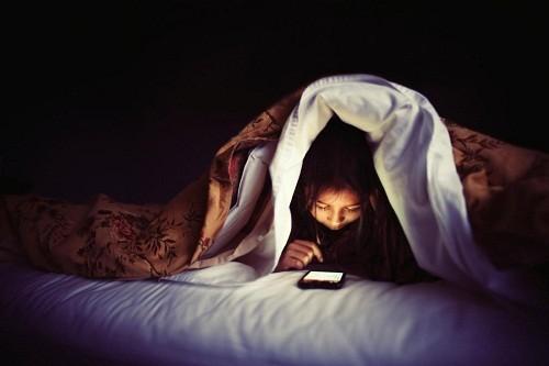 Tắt màn hình trước khi đi ngủ 2 - 3 tiếng để thông báo cho cơ thể chuẩn bị sẵn sàng cho một giấc ngủ.