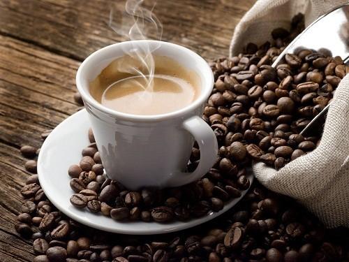 Cho dù là cà phê có chứa caffeine hay đã lọc bỏ caffeine thì vẫn chứa các chất kích hoạt việc sản xuất acid clohydric trong dạ dày.