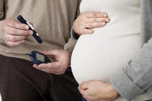 Để giảm thiểu tối đa các biến chứng nguy hiểm, phụ nữ có thai càn thăm khám và theo dõi thường xuyên, tham khảo ý kiến tư vấn của bác sĩ để có hướng xử lý phù hợp.