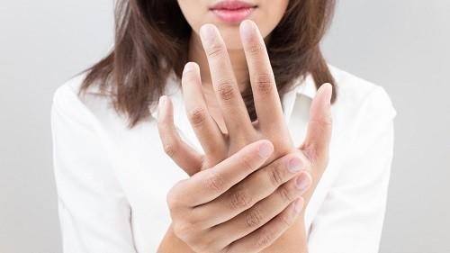 Tê ngón tay có thể là dấu hiệu của một bệnh lý nghiêm trọng nào đó, vì thế tuyệt đối không nên bỏ qua.