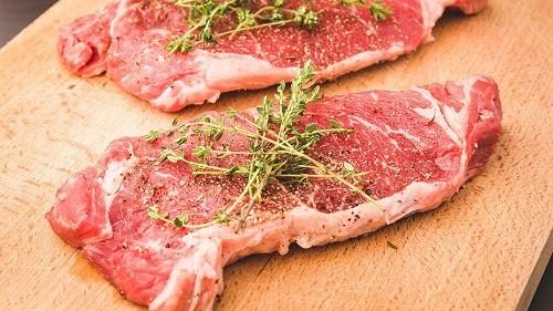 Những người có vấn đề về gan nên tránh các loại thịt đỏ như thịt bò, thịt lợn…