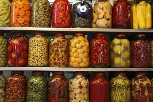 Các loại thịt, rau, quả đóng hộp thường có nhiều muối và đường, gây sưng bụng và giữ nước.