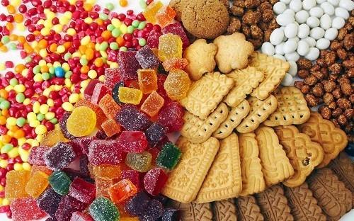 Tránh các thức ăn có lượng đường cao như kẹo, kem, bánh ngọt cũng như các loại đồ ăn vặt như khoai tây chiên - thường có rất nhiều đường và muối.
