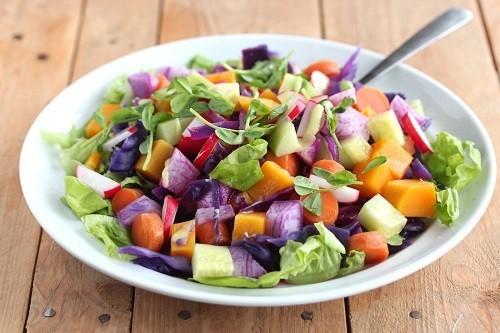 Để tăng nồng độ chất chống oxy hóa cho chế độ ăn uống hàng ngày, chọn các loại rau quả có màu sắc tươi sáng như quả mọng, quả anh đào, trái cây họ cam quýt, cà chua, rau bina, cải xoăn, bông cải xanh...
