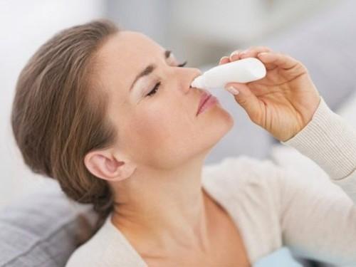 Người bệnh có thể sử dụng thuốc nhỏ mũi, xịt mũi để cải thiện tình trạng viêm xoang mũi cấp