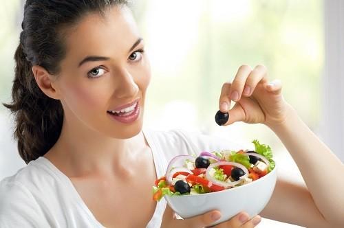 Ăn nhiều bữa trong ngày thay vì ba bữa chính sẽ giữ cho lượng đường trong máu ở mức ổn định.