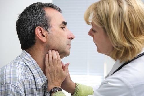 Trong phần lớn các trường hợp, tăng tiết mồ hôi không xác định được nguyên nhân rõ ràng và được cho là do có vấn đề ở hệ thống thần kinh kiểm soát tuyến mồ hôi.