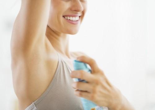 Bác sĩ thường khuyên người bệnh bắt đầu với các phương pháp điều trị ít xâm lấn như sử dụng chất khử mùi và chống mồ hôi.