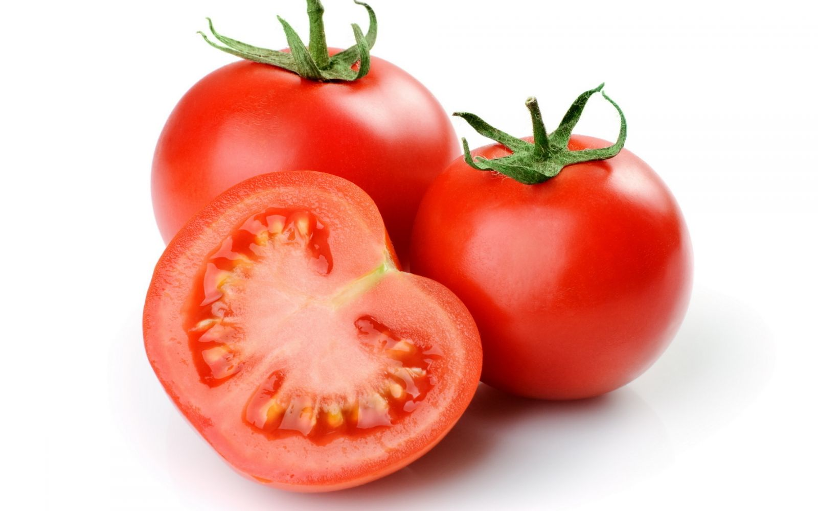 Cà chua có tác dụng lọc máu nên nó cũng có tác dụng cải thiện lưu thông máu trong thời kì mang thai. Trong cà chua có một chất được gọi tên là axit nicotinic giúp giảm cholesterol trong máu, vì vậy nó có tác dụng ngăn ngừa rối loạn nhịp tim ở phụ nữ mang thai. Bên cạnh đó, cà chua cũng là một loại thực phẩm rất giàu vitamin A, tốt cho thị giác của thai nhi phát triển. Ngoài ra, cà chua rất giàu lycopene, một chất chống ô-xy hóa có khả năng ngăn ngừa sự lão hóa cho da, giúp mẹ bầu có làn da tươi sáng, khỏe mạnh hơn.