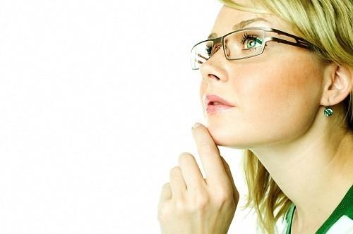 Đeo kính quá độ sẽ khiến thủy tinh thể phải căng ra và co bóp liên tục, dẫn tới đau đầu.