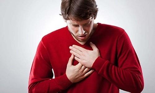 Người bệnh lao màng phổi thường bị đau ở đáy ngực và lan ra sau lưng, lên vai, đau lan xuống bụng