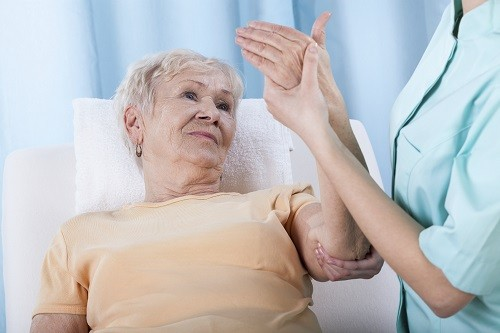 Xương sẽ trở nên yếu và mỏng hơn khi chúng ta già đi.