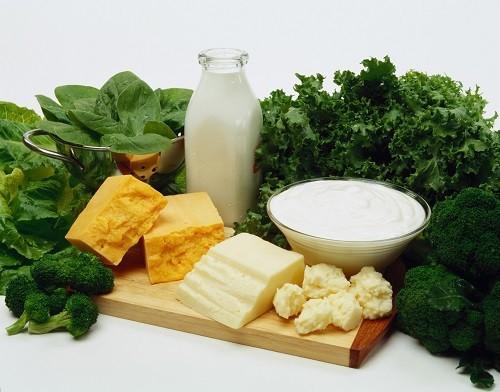 Nguồn thực phẩm cung cấp canxi dồi dào bao gồm sữa, bơ, pho mát, sữa chua, bông cải xanh, cải xoăn, cá mòi và các sản phẩm từ đậu nành như đậu phụ.