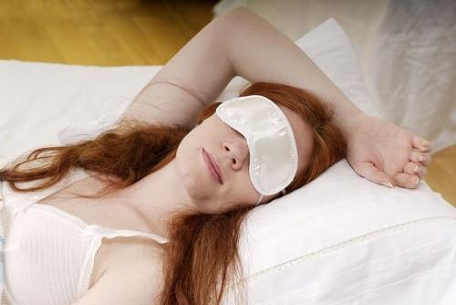 Đeo mặt nạ mắt để tránh ánh sáng mặt trời vào buổi sáng sớm hoặc đèn đường ảnh hưởng đến giấc ngủ.