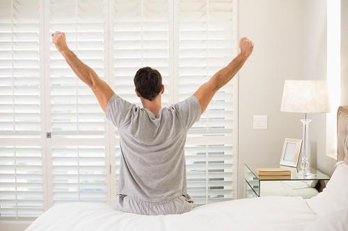 Lập lịch trình thức – ngủ khoa học và nghiêm khắc tuân thủ mỗi ngày, kể cả những ngày cuối tuần.