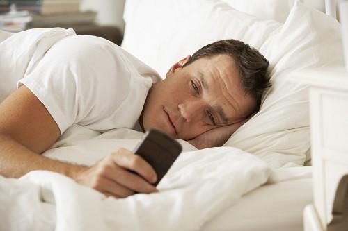 Không sử dụng các thiết bị công nghệ như điện thoại di động, TV, máy tính bảng… ngay trước khi ngủ.