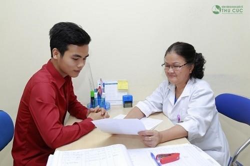 Bác sĩ Sản khoa bệnh viện Thu Cúc đang tư vấn khám chữa bệnh cho khách hàng
