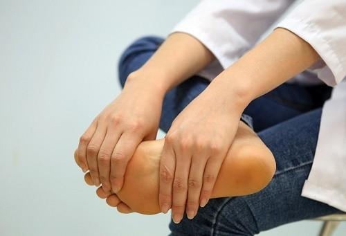 Đau chân dai dẳng có thể là do nứt xương, gãy xương nên nam giới cần hết sức lưu ý