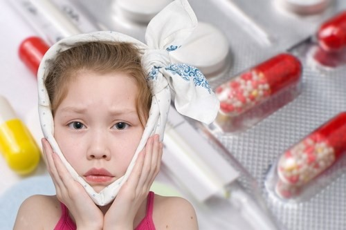Cha mẹ có thể cho bé dùng thuốc hạ sốt, giảm đau theo chỉ định của bác sĩ để loại bỏ triệu chứng bệnh