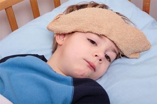 Cho bé nghỉ ngơi tại nhà , hạn chế vận động cũng là cách chữa quai bị hiệu quả, ngăn ngừa biến chứng