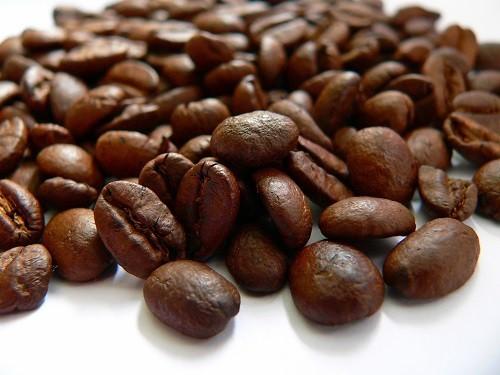 Ngay cả khi mối liên kết chưa được làm rõ hoặc phổ biến ở tất cả các bệnh nhân buồng trứng đa nang, bác sĩ thường tư vấn người bệnh nên cắt giảm hoặc loại bỏ caffeine để giúp giảm các triệu chứng và cải thiện khả năng sinh sản.