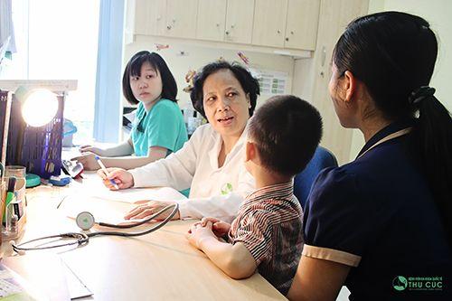 Cha mẹ cần đưa trẻ tới bệnh viện để được bác sĩ trực tiếp thăm khám và có chỉ định phù hợp