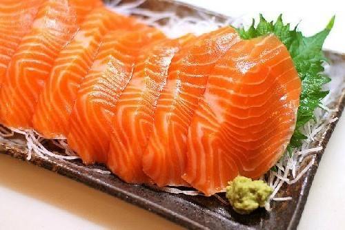 Trong chế độ ăn của người viêm loét đại tràng cần bổ sung các thực phẩm giàu axit omega3 như cá hồi, cá ngừ, cá thu....