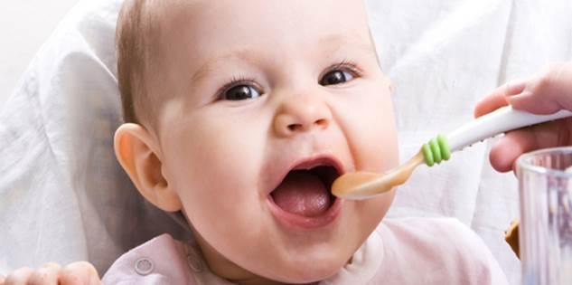 6 tháng tuổi là thời điểm ăn dặm tốt nhất cho bé. Lúc này, nhu cầu dinh dưỡng của bé tăng lên. Sữa mẹ không còn cung cấp đủ dinh dưỡng và năng lượng cho bé. Do đó, mẹ cần cho bé ăn bổ sung và tập làm quen với những thực phẩm ngoài sữa mẹ.