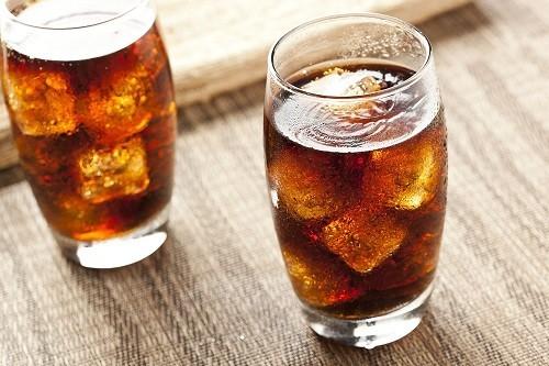 Đồ uống  có ga chứa phốt phát khiến xương bị mất canxi, làm tăng thêm nguy cơ phát triển bệnh loãng xương bên cạnh bệnh cường cận giáp.