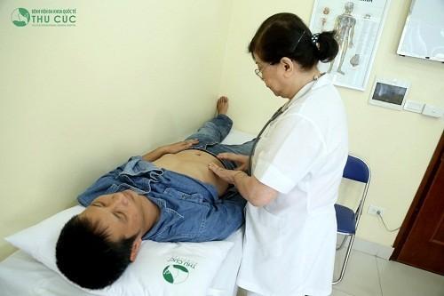 Người bệnh cần đi khám ngay khi có dấu hiệu bị đau khớp háng bên phải (ảnh minh họa)