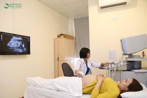 Khi siêu âm, người bệnh cần nằm ngửa và được bác sĩ bôi gel trong suốt, dễ lau sạch