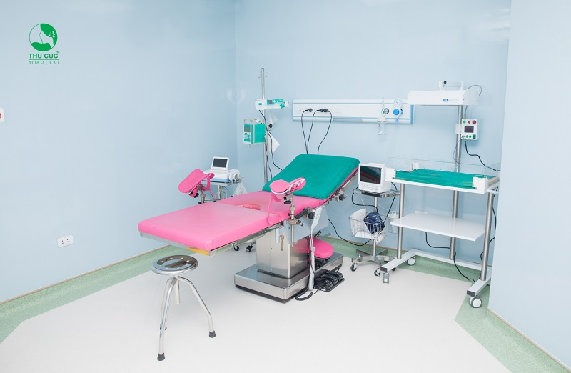 Phòng đẻ thường với tông màu hồng thân thiện, giúp mẹ bầu bớt căng thẳng khi bước chân vào phòng sinh.